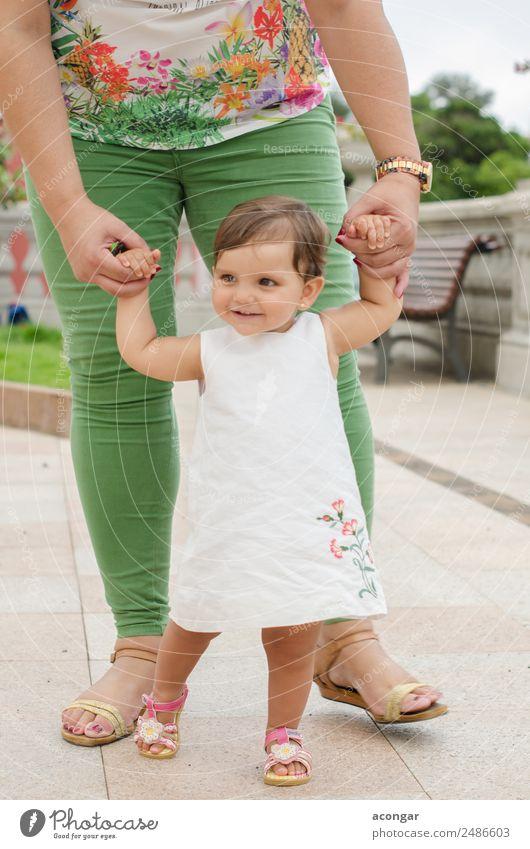 Einjähriges Mädchen lernt laufen Glück schön Gesicht Kind Mensch feminin Baby Kindheit Hand 1 0-12 Monate 1-3 Jahre Kleinkind Kleid Lächeln weiß Neugier