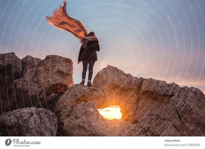Frau mit Schal im Wind Glück schön Freiheit Sommer Sonne Strand Meer Mensch Erwachsene Hand Natur Himmel Felsen Kleid blond stehen blau weiß Mädchen jung