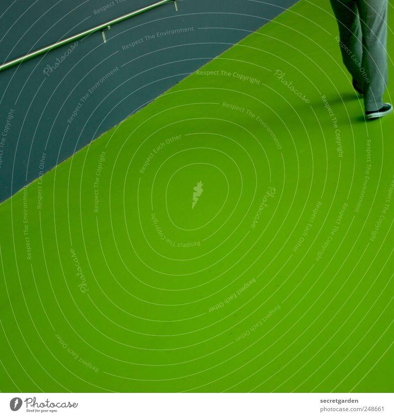 es geht aufwärts! Mensch grün Architektur Wege & Pfade grau Bewegung Schuhe gehen Beton maskulin Beginn modern frisch Perspektive Ziel Geländer