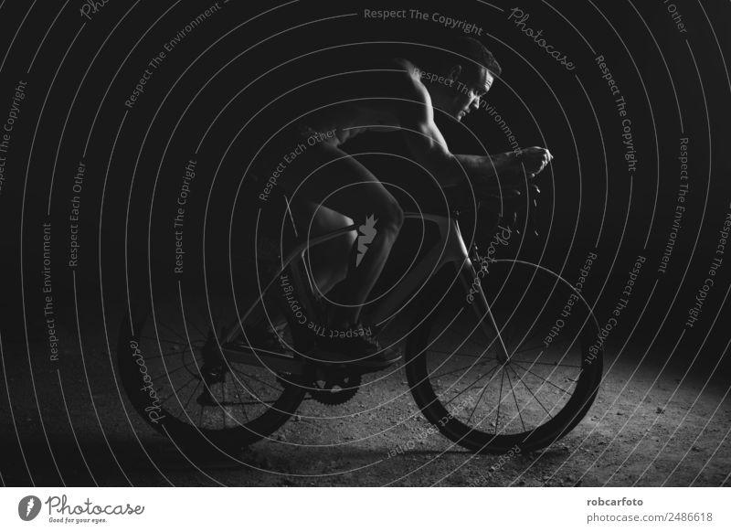 Mann auf dem Fahrrad bei der Vorbereitung auf das Triathlon-Rennen Ferne Sommer Sport Fahrradfahren Mensch Erwachsene Straße Bewegung Fitness Geschwindigkeit