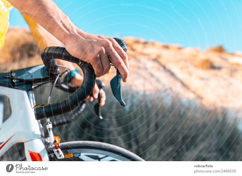 Detail des Rennradlenkers Design Sport Fahrradfahren Mann Erwachsene Hand Natur Straße Wege & Pfade Handschuhe Tropfen Geschwindigkeit schwarz weiß Kontrolle
