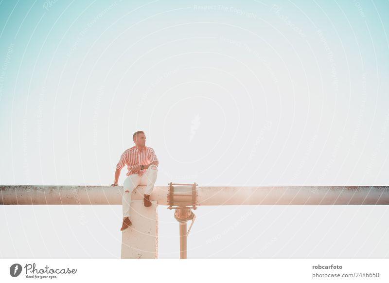 braunhaariger Mann posierend Lifestyle elegant Stil Winter Business Mensch Erwachsene Mode Jeanshose Anzug Jacke Vollbart Holz alt Coolness trendy blau weiß