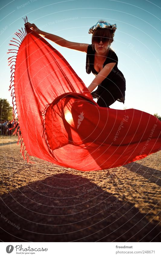 rotes tuch Ferien & Urlaub & Reisen Sommer Mensch feminin Junge Frau Jugendliche Erwachsene Zirkus Stoff Sonnenbrille Kopftuch Bewegung Tanzen toben trashig