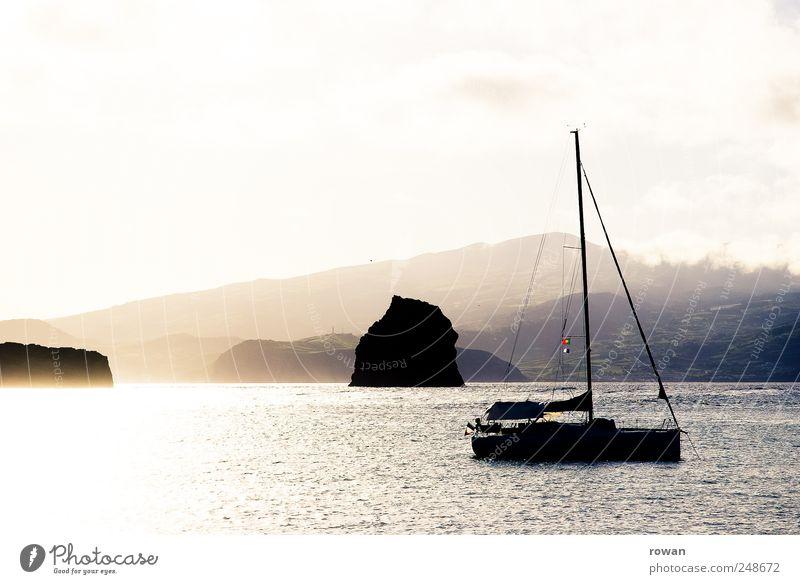 morgens am meer Himmel Natur Wasser Ferien & Urlaub & Reisen Meer Wolken ruhig gelb Umwelt Berge u. Gebirge Landschaft Küste Wasserfahrzeug Wellen gold Romantik