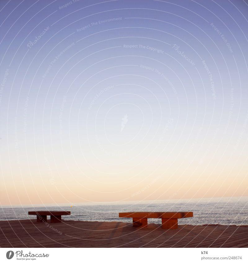 Bankenviertel Natur Wasser Himmel Wolkenloser Himmel Horizont Sommer Schönes Wetter Küste Meer Terrasse Beton Holz leuchten Warmherzigkeit ruhig Farbe Kontrast