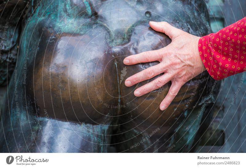 """die Hand einer Frau berührt den nackten Po einer Statue feminin Erwachsene 1 Mensch Kunst Skulptur berühren Sex Erotik Wollust """"Belästigung metoo unsittlich"""
