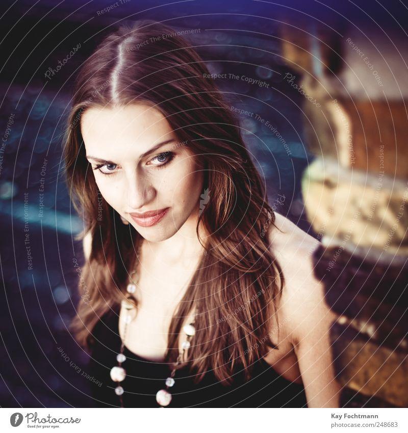 ° elegant Stil schön Haare & Frisuren Gesicht feminin Junge Frau Jugendliche Leben 1 Mensch 18-30 Jahre Erwachsene Mauer Wand Halskette brünett langhaarig