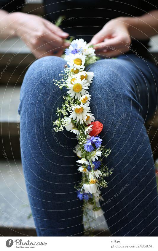 Blumenmädchen Mensch Sommer schön Hand Lifestyle natürlich Stil Feste & Feiern Freizeit & Hobby frisch sitzen Kreativität authentisch Hochzeit Jeanshose