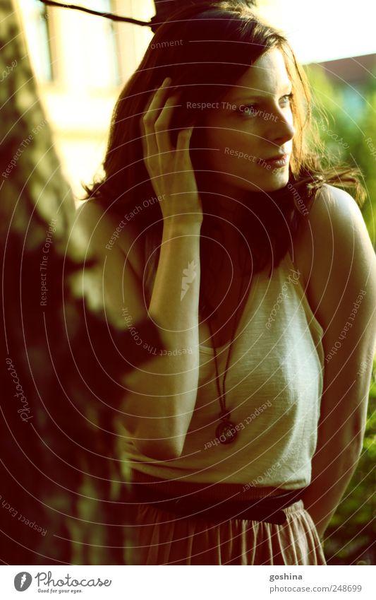und dann. feminin Junge Frau Jugendliche 1 Mensch 18-30 Jahre Erwachsene Natur Sommer Baum Garten Park brünett träumen ästhetisch authentisch schön natürlich