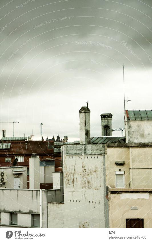 Blick nach Südsüdwest Himmel Wolken Stadt Stadtzentrum Skyline Haus Dom Bauwerk Mauer Wand Fenster Tür Dach Schornstein Antenne Klimaanlage alt dunkel grau