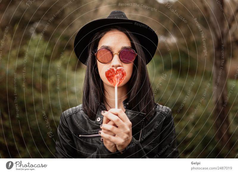 Modisches Mädchen Hipster mit Sonnenbrille Diät Stil Glück schön Gesicht Mensch Frau Erwachsene Mode Bekleidung Jacke Leder Hut brünett Herz Denken trendy