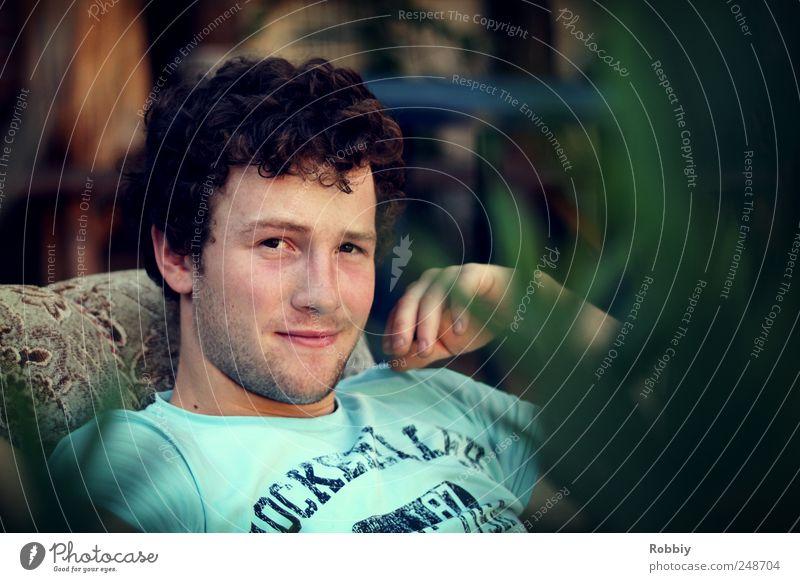 Lässig im Sessel Mensch maskulin Junger Mann Jugendliche 1 18-30 Jahre Erwachsene Erholung Blick sitzen Coolness kalt blau grün Porträt Blick in die Kamera