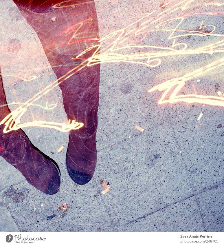 nachts. Frau Erwachsene 1 Mensch Straße Asphalt Schuhe Stiefel einzigartig trashig selbstbewußt Coolness Langzeitbelichtung Farbfoto Außenaufnahme