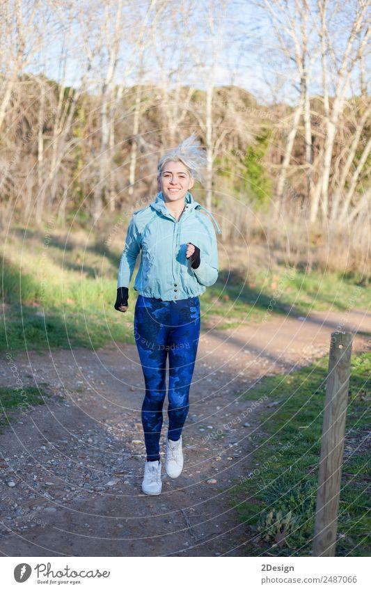 Aktive und sportliche Läuferin in der Herbstnatur Lifestyle Glück schön Fitness Erholung Freizeit & Hobby Winter Sport Joggen Arbeit & Erwerbstätigkeit Mensch