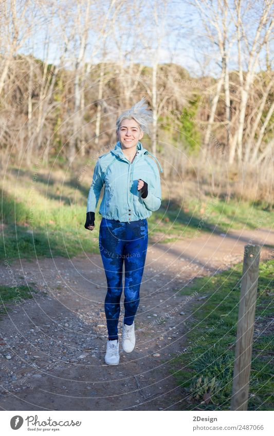 Frau Mensch Natur Jugendliche Junge Frau schön Erholung Mädchen Winter Wald Erwachsene Lifestyle Herbst Sport feminin lachen