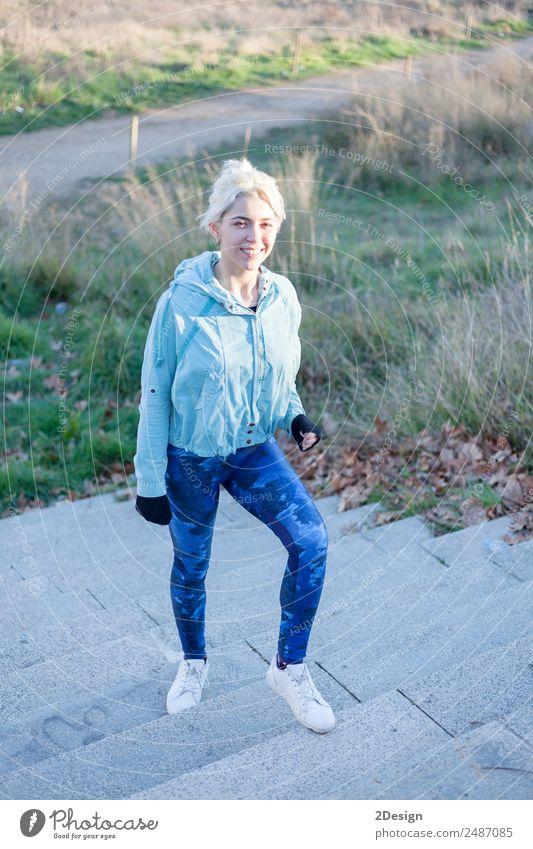 Porträt einer jungen Frau geht als Training nach draußen. Lifestyle Glück schön Freizeit & Hobby Sport Leichtathletik Joggen Arbeit & Erwerbstätigkeit Mensch