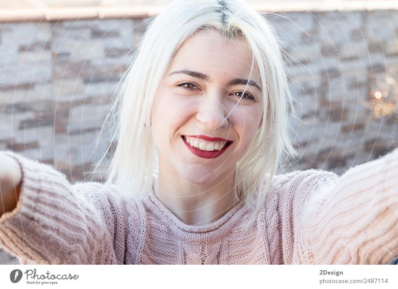 Frau in rosa Pullover macht Selfie Lifestyle Stil Freude Glück schön Gesicht Erholung Freizeit & Hobby Ferien & Urlaub & Reisen Ausflug Sommer Sonne Mensch