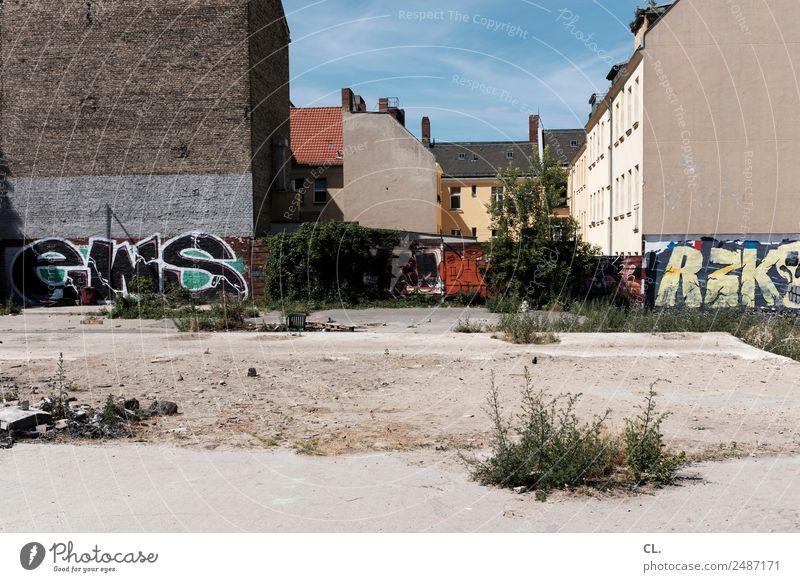 irgendwo, berlin-neukölln Himmel Sommer Stadt Haus Architektur Wärme Graffiti Wand Berlin Gebäude Mauer Sand Wetter Erde trist Sträucher