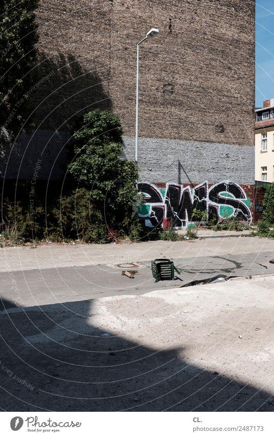 brachland berlin Schönes Wetter Berlin Neukölln Stadt Hauptstadt Haus Platz Mauer Wand Wege & Pfade Stuhl Laterne Graffiti kaputt Verfall Farbfoto Außenaufnahme