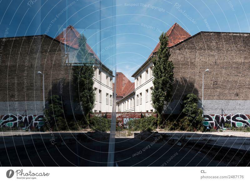 spiegelung, berlin-neukölln Himmel Wolkenloser Himmel Schönes Wetter Berlin Neukölln Stadt Hauptstadt Menschenleer Haus Platz Bauwerk Gebäude Architektur Mauer