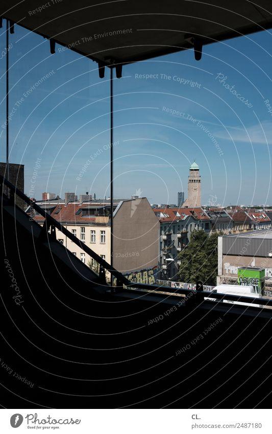 blick aus neuköllner treppenhaus Städtereise Wohnung Haus Himmel Wolkenloser Himmel Schönes Wetter Berlin Neukölln Hauptstadt Menschenleer Hochhaus Kirche