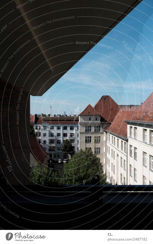 Blick auf Berlin Städtereise Sommerurlaub Himmel Wolkenloser Himmel Frühling Schönes Wetter Baum Neukölln Hauptstadt Menschenleer Haus Bauwerk Gebäude