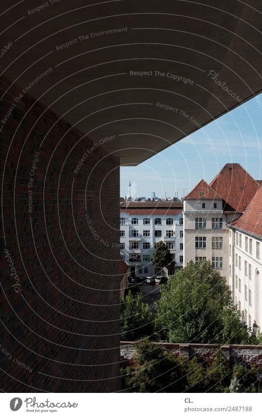 fernsehturm, von berlin-neukölln aus gesehen Himmel Wolkenloser Himmel Schönes Wetter Baum Berlin Stadt Hauptstadt Menschenleer Haus Hochhaus Bauwerk Gebäude