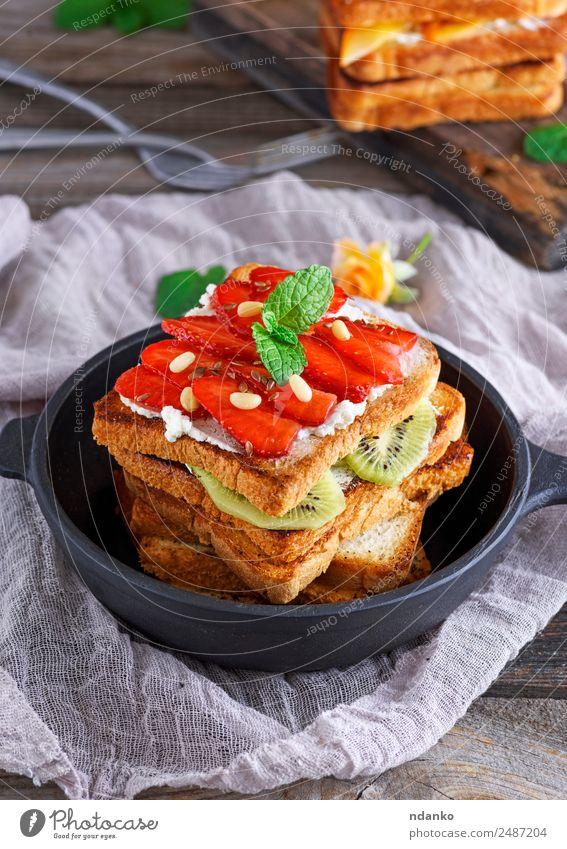 Haufen French Toast Frucht Brot Süßwaren Frühstück Mittagessen Pfanne Tisch Essen frisch oben braun schwarz Tradition Französisch Zuprosten gefüllt Erdbeeren