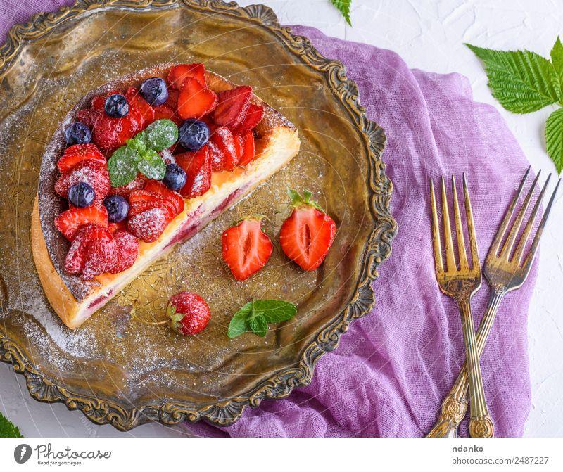 halber Käsekuchen mit Erdbeeren Frucht Kuchen Dessert Ernährung Teller Gabel Tisch Blatt Essen frisch hell lecker grün rot weiß Farbe Beeren Lebensmittel