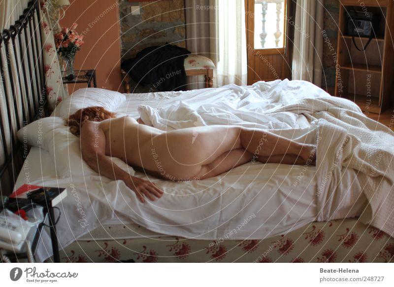 Ein Sommernachtstraum Traumhaus Bett Schlafzimmer feminin Frau Erwachsene Körper Haut Brust Gesäß Beine langhaarig genießen schlafen ästhetisch nackt natürlich