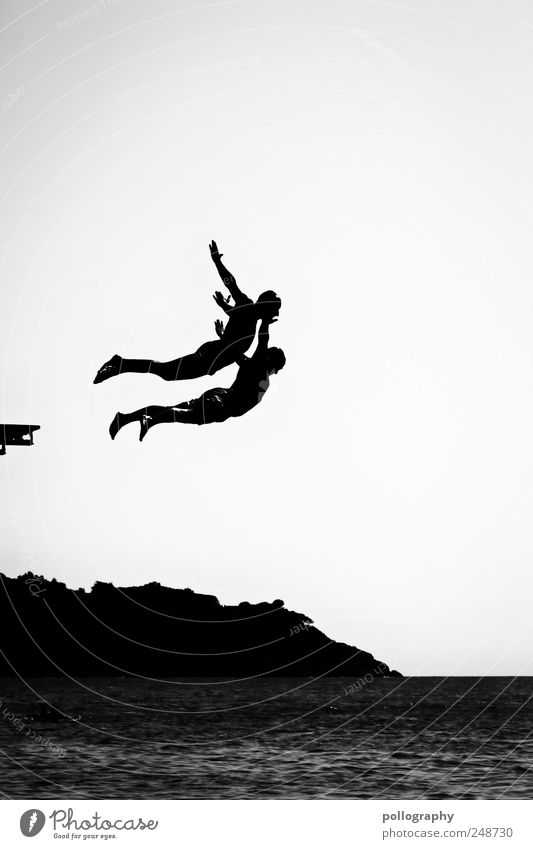 Erste Flugstunde Mensch Jugendliche Wasser Ferien & Urlaub & Reisen Meer Freude Erwachsene Sport Freiheit springen Freundschaft Freizeit & Hobby fliegen Schwimmen & Baden maskulin Abenteuer