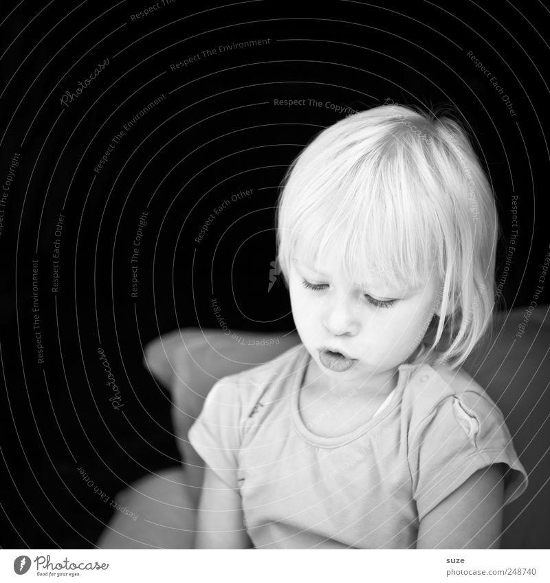Versunken Kind Gesicht dunkel Kopf Haare & Frisuren klein hell Kindheit blond niedlich T-Shirt nachdenklich Kleinkind Gedanke 3-8 Jahre Mensch