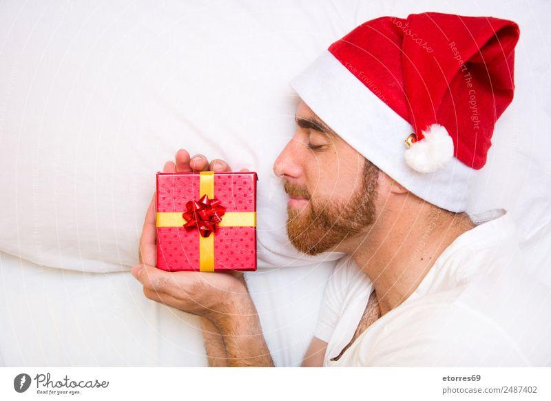 Junger Mann mit Weihnachtsmütze Weihnachten & Advent Mensch maskulin Jugendliche Gesicht Bart Hand 1 30-45 Jahre Erwachsene rot weiß Geschenk Hut Vollbart
