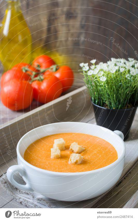 Kürbissuppe in weißer Schüssel und Zutaten auf Holztisch Lebensmittel Gesunde Ernährung Foodfotografie Speise Gemüse Suppe Eintopf Bioprodukte