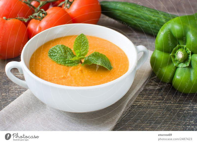 Kürbissuppe in weißer Schüssel und Zutaten auf Holztisch Lebensmittel Gesunde Ernährung Speise Foodfotografie Gemüse Suppe Eintopf Bioprodukte