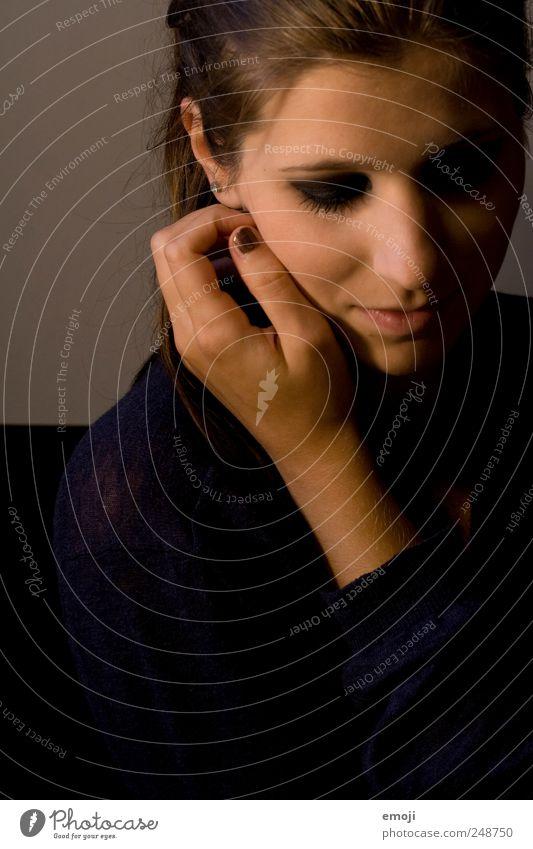 verlegen II feminin Junge Frau Jugendliche Kopf Hand 1 Mensch 18-30 Jahre Erwachsene dunkel schön Schüchternheit Blick nach unten sanft Farbfoto Innenaufnahme