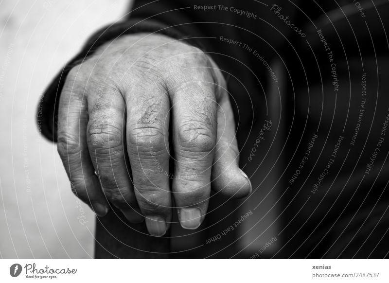 Die rechte Hand hängt lässig über Stuhllehne Finger Männlicher Senior Mann Macht Stolz Gelassenheit ruhig Chef Leben maskulin Mensch