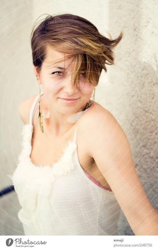 windig feminin Junge Frau Jugendliche 1 Mensch 18-30 Jahre Erwachsene brünett kurzhaarig schön einzigartig Wind Wuschelkopf sympathisch Fröhlichkeit Farbfoto