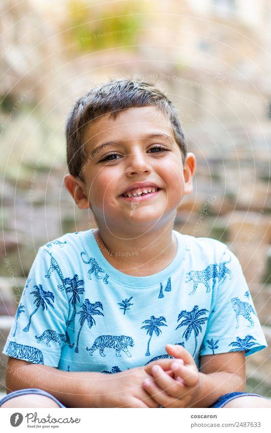Porträt eines süßen kleinen Jungen, der lächelt und auf die Kamera schaut. Leben Ferien & Urlaub & Reisen Städtereise Sommer Sommerurlaub Mensch maskulin Kind