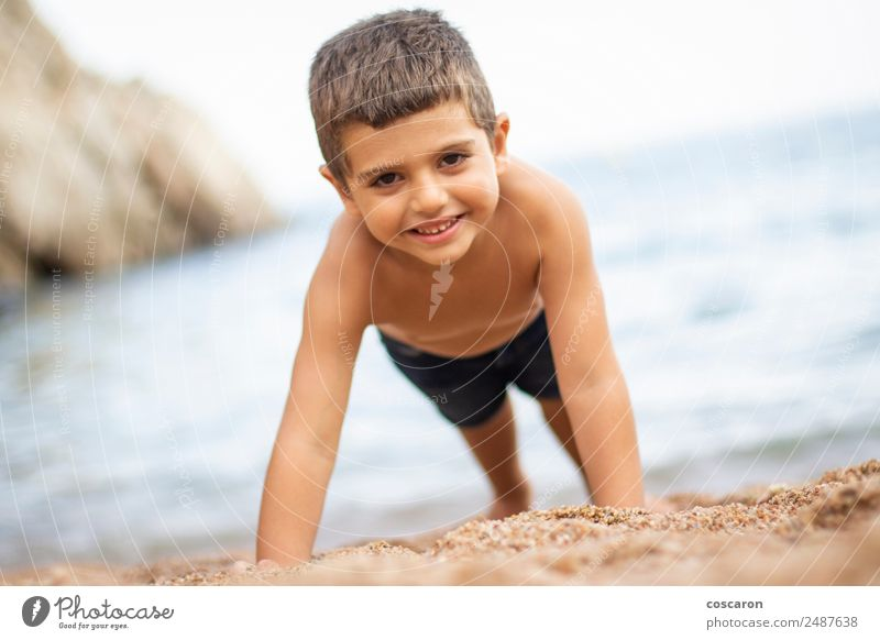 Kleiner Junge beim Sport am Strand schön Körper Freizeit & Hobby Spielen Kinderspiel Ferien & Urlaub & Reisen Tourismus Sommer Sommerurlaub Sportler Yoga Baby