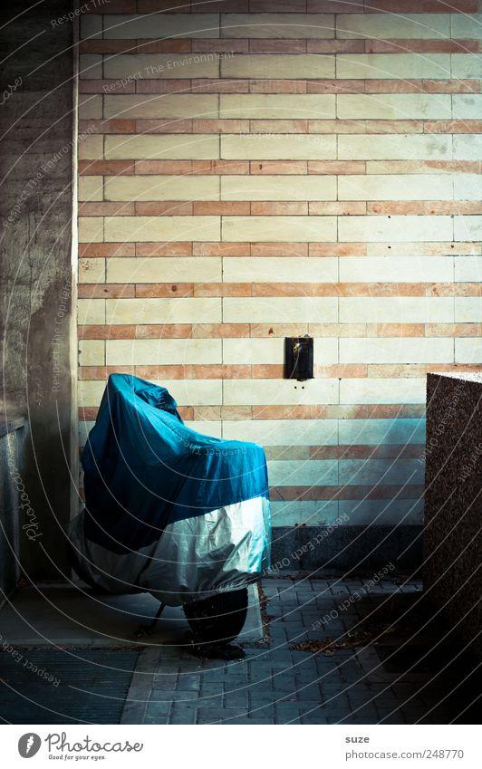 Überzieher blau Wand Mauer trist Verkehr authentisch stehen Ecke einfach Streifen Kunststoff trocken Motorrad Parkplatz parken Alltagsfotografie