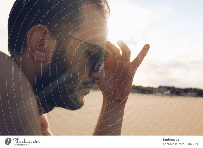 ray of light Mensch maskulin Haare & Frisuren Gesicht 1 Denken Camargue Sonnenbad Wärme Sand Strand Sonnenbrille Hand gestikulieren Erholung lesen Sommerurlaub