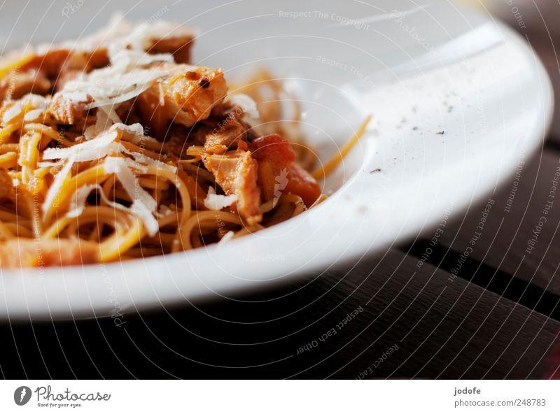 das Auge isst mit Lebensmittel Speise Restaurant Dienstleistungsgewerbe Teller genießen Nudeln Mahlzeit Mittagessen Pfeffer Porzellan Fleischgerichte