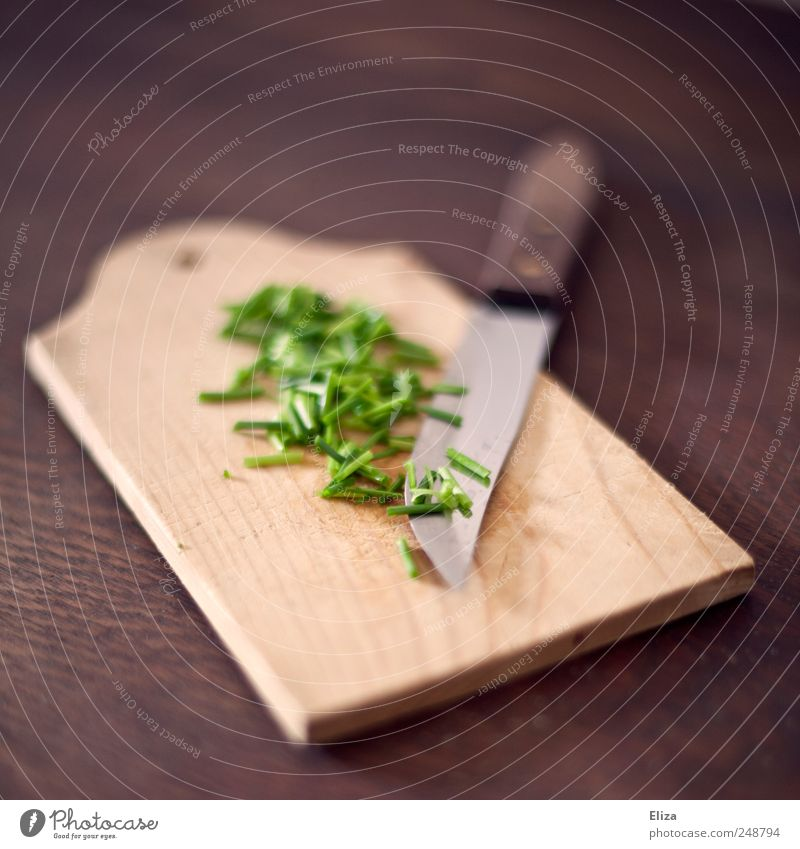 Holzbrett mit einem Messer und geschnittenem frischen Schnittlauch Bioprodukte Vegetarische Ernährung Schneidebrett Gesundheit grün lecker Kräuter & Gewürze