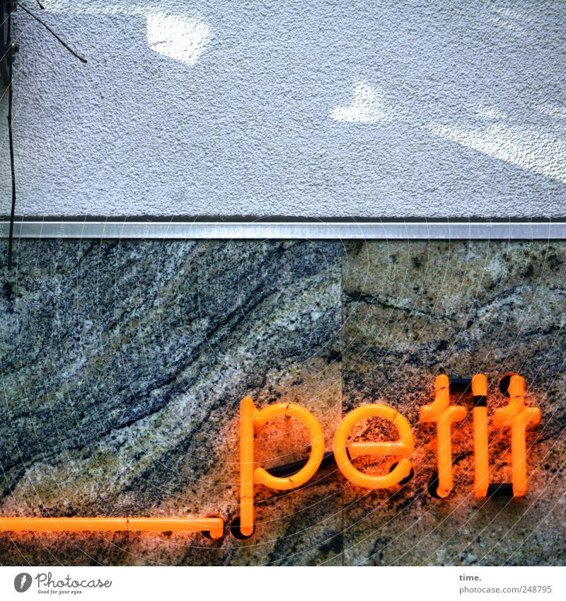 déjeuner___ Fassade Schriftzeichen ästhetisch schön Buchstaben Marmor orange Wand Französisch Farbfoto Außenaufnahme Nahaufnahme Textfreiraum oben Schatten