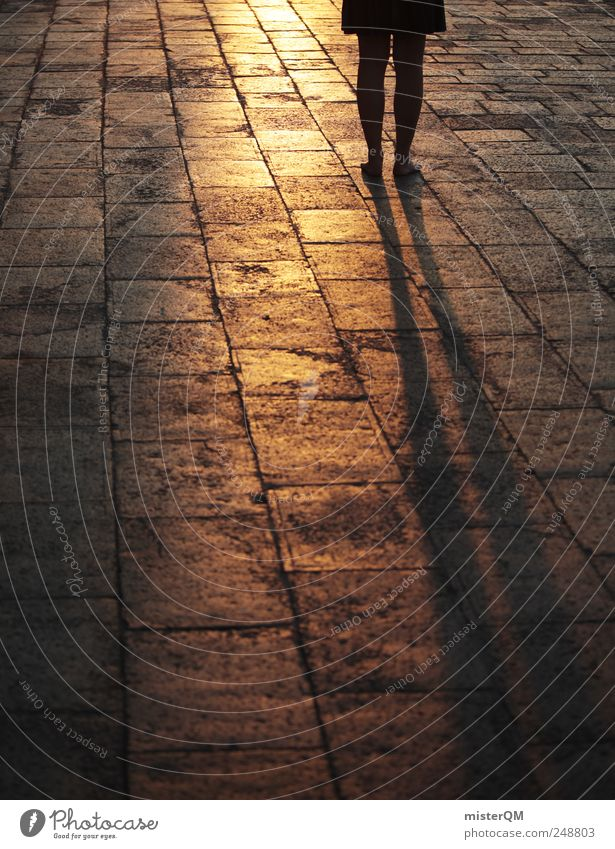Walk Away. ästhetisch gold laufen Lichtspiel gehen Spaziergang ruhig aufwachen Frau Venedig Veneto Bodenbelag Straßenbelag Pflastersteine Platz Marktplatz gelb