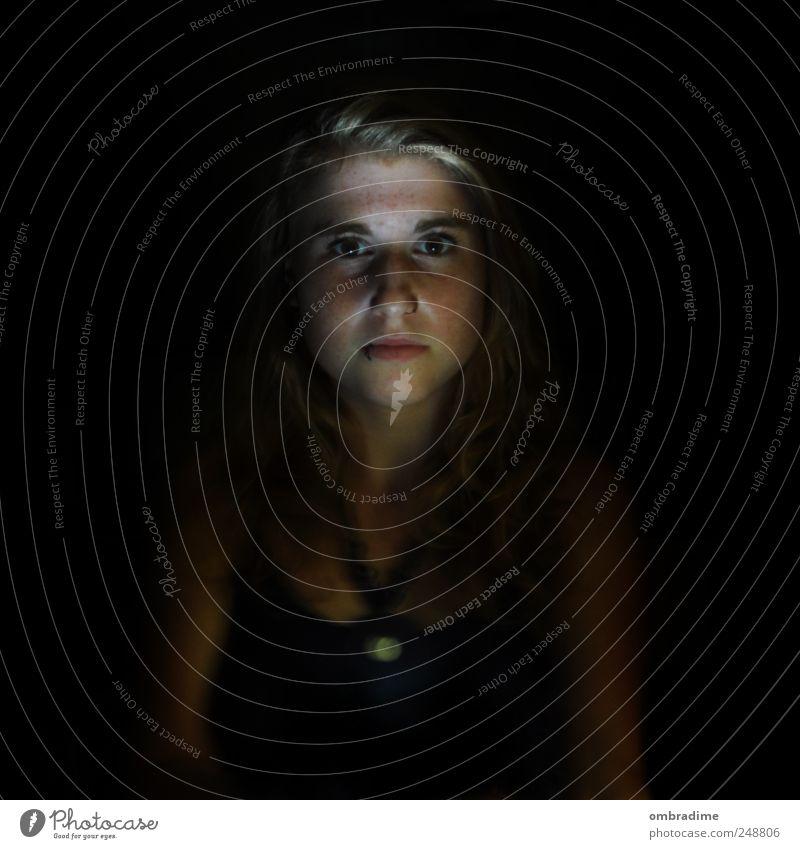 ~30~ Mensch feminin Junge Frau Jugendliche Erwachsene Kopf 1 18-30 Jahre blond rebellisch schwarz verrückt erstaunt Angst Farbfoto Gedeckte Farben Innenaufnahme
