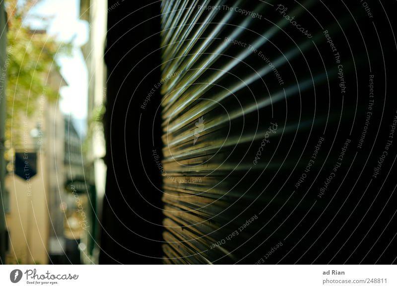Licht ins Dunkel Stadtzentrum Menschenleer Mauer Wand Fassade Gasse hell Symmetrie Farbfoto Außenaufnahme Tag Sonnenstrahlen Totale