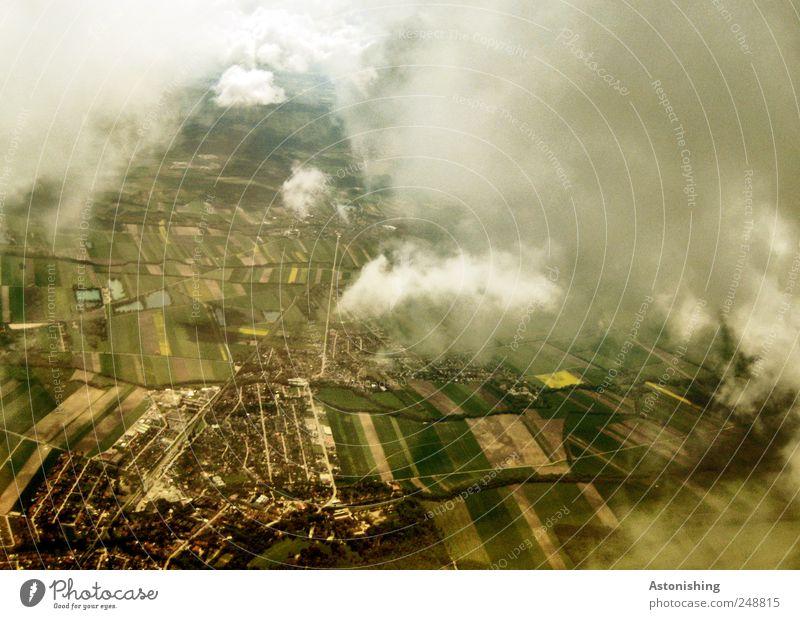 von oben Umwelt Natur Landschaft Pflanze Erde Luft Wolken Sommer Wetter Park Wiese Feld Dorf Kleinstadt Verkehr Verkehrsmittel Luftverkehr braun mehrfarbig gelb