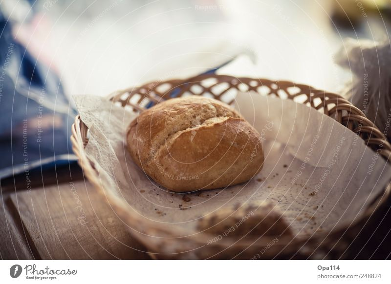 "Einsames Brötchen Lebensmittel Teigwaren Backwaren Brot Ernährung Frühstück ""Nahrung Korb Körbchen Brotkorb geflochten"" Farbfoto Gedeckte Farben Nahaufnahme"